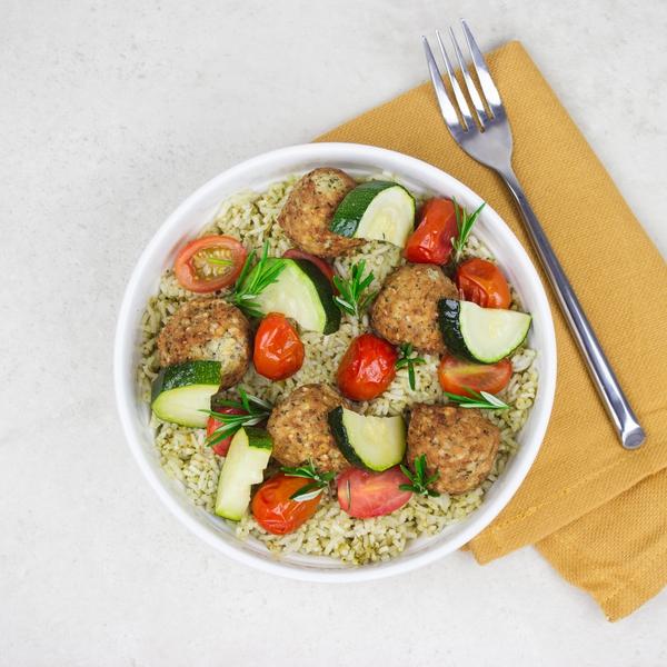 Falafels et riz au pesto et légumes.