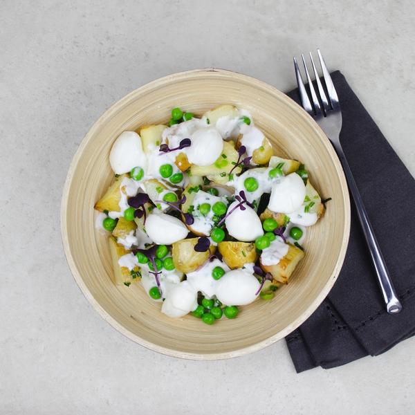 Salade de pomme de terre et mozzarella, petit pois et sauce fromage blanc au romarin