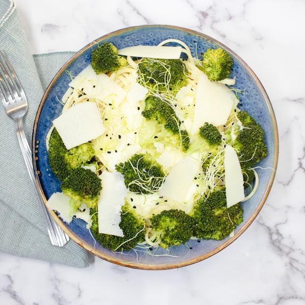 Linguine crème de parmesan, brocoli et grana en tranches