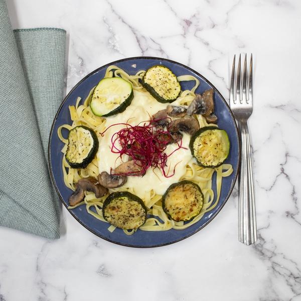 Tagliatelles crème de champignons et échalottes, courgettes rôties.