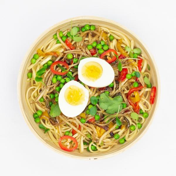 Nouilles et œuf mollet, poêlées de légumes au soja