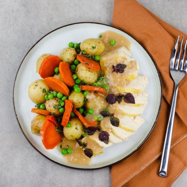 Volaille rôtie et carottes glacées, jus brun à la sauge